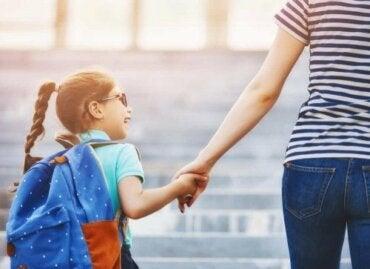 Kuinka auttaa lasta sopeutumaan uuteen kouluun