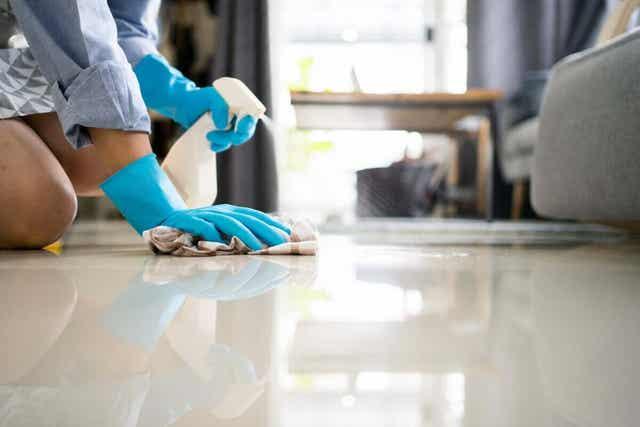 20/10 -menetelmää hyödyntäen lattiat pestään viimeiseksi.