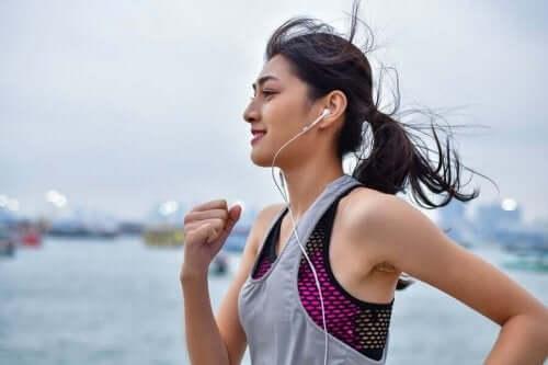 Ruokasoodasta voi olla apua painonpudotukseen, jos se yhdistetään liikuntaan.