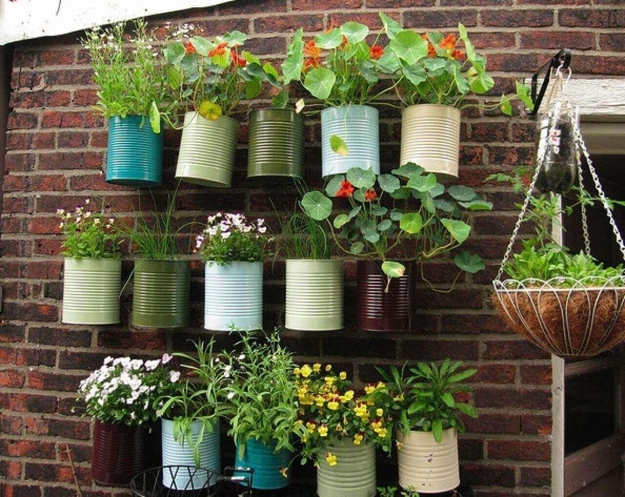 Terassipuutarhan luomiseksi kannattaa ensiksi tehdä hyvä suunnitelma ja perehtyä istutettaviin kasveihin.