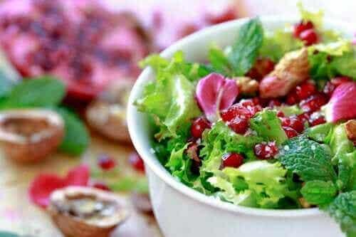 Nopea ja helppo resepti endiivi-granaattiomenasalaatille