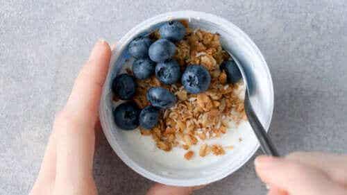 Onko terveellistä syödä jogurttia ja hedelmiä päivälliseksi?