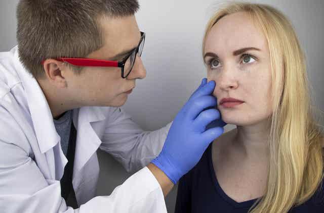Neuromyelitis optica voi aiheuttaa sokeutta.