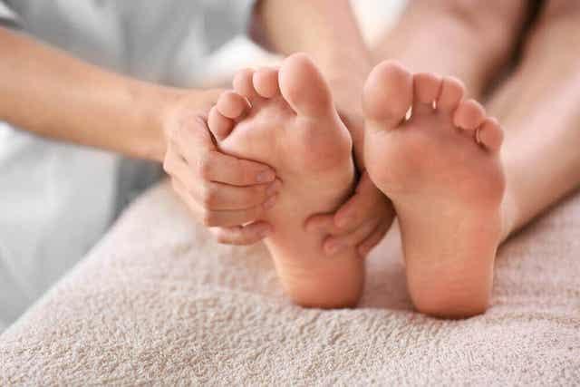 Jalkaterapeutti hoitaa jalkoja monin tavoin.
