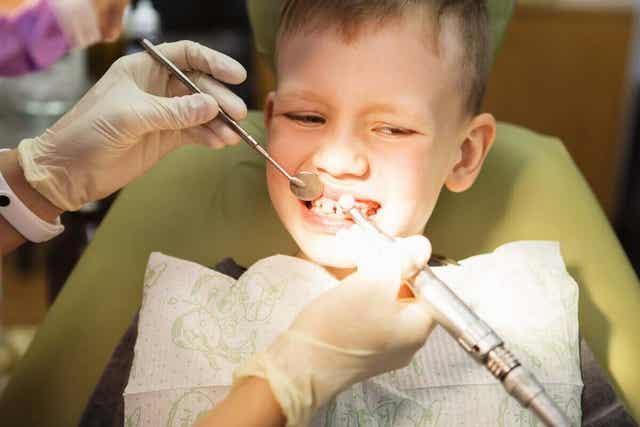Oikomishoito auttaa ehkäisemään hampaiden virheasentojen syntymistä.
