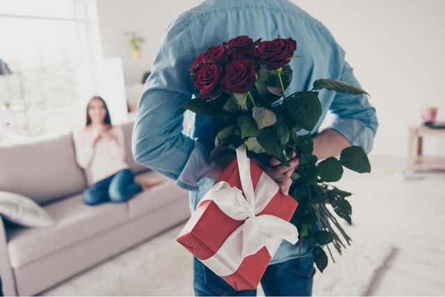 5 rakkauden kieltä - lahjojen antaminen ja eleiden tekeminen.