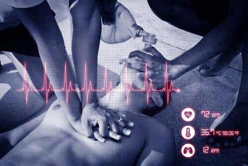 Näin toimit sydämenpysähdyksen sattuessa.