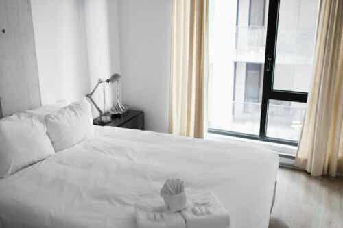 Valkoisen eri sävyjen käyttö yksinkertaistaa makuuhuoneen sisustusta.