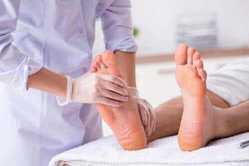 Jalkaterapiaan sisältyy hierontaa.