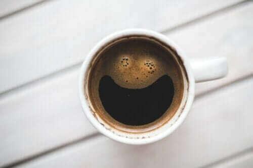 Kuinka kofeiini vaikuttaa aivoihin?