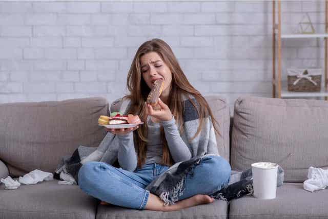 Tunnesyömisen voittamiseksi lopeta sohvalla syöminen.