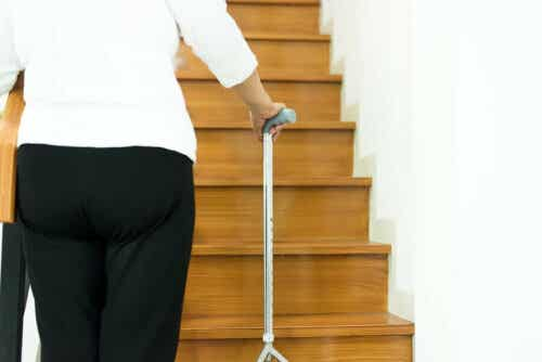 Voimme ehkäistä vanhusten kaatumisia tekemällä kodista turvallisemman.