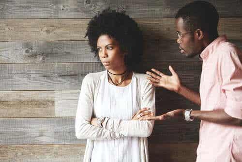Kun kumppani vaikuttaa etäiseltä, kannattaa asiasta keskustella hänen kanssaan.