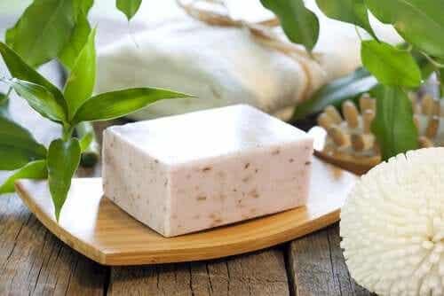 Neutraalia saippuaa voi käyttää myös epätavallisiin käyttötarkoituksiin, kuten saranoiden voitelemiseen.