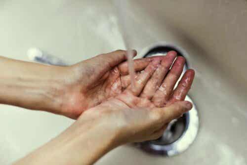 Mikrobilääkeresistenssi voidaan pitkälti ehkäistä perusteellisella käsienpesulla.