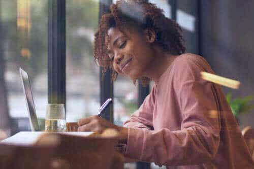 Käsin kirjoittaminen tai tekstaaminen on loistava harjoitus