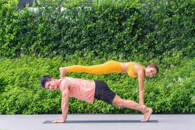 Akrobatiavoimistelu lisää voimaa ja lihasjänteyttä.