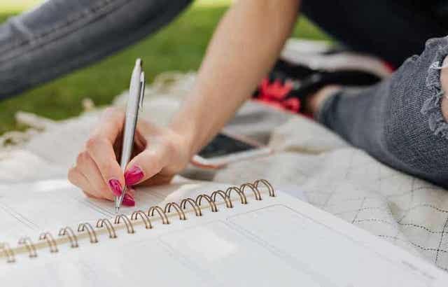 Päiväkirjan pitäminen on yksi keino parantaa sisäistä dialogia