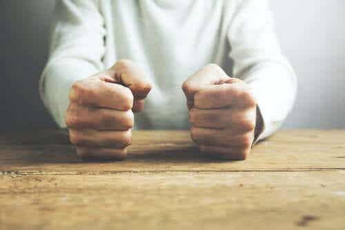 Opi tässä artikkelissa, kuinka hallita vihan tunteita.