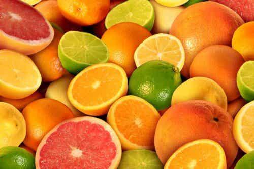 Sitruunahappo saadaan sitrushedelmistä.