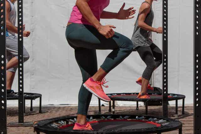 Trampoliinijumppa on aerobista treeniä trampoliinilla