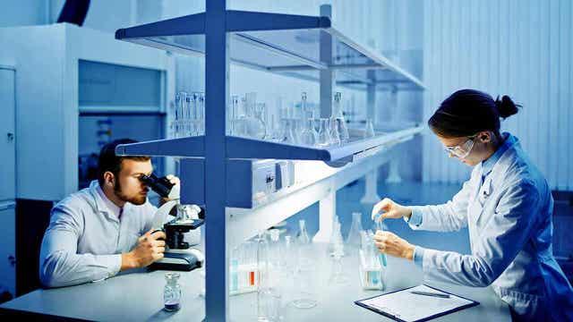 Kilpirauhasista otetut näytteet tutkitaan laboratoriossa asiantuntijoiden toimesta.