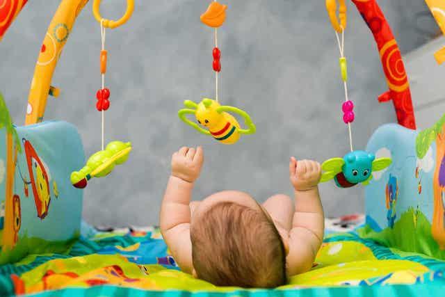 Värikkäillä esineillä voidaan stimuloida vauvan näkökykyä