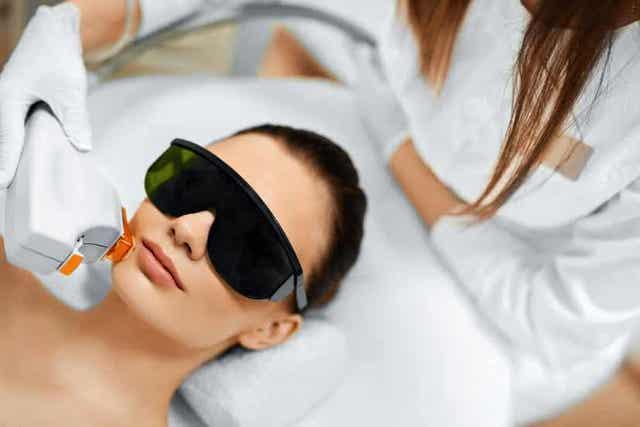 Jet peel -kasvohoidossa iho kuoritaan