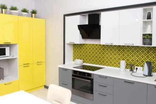 Käytä keltaista keittiön sisustuksessa.