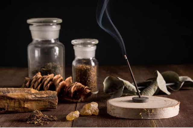 Suitsukepidikkeen voi valmistaa itse kotona esimerkiksi puunoksista