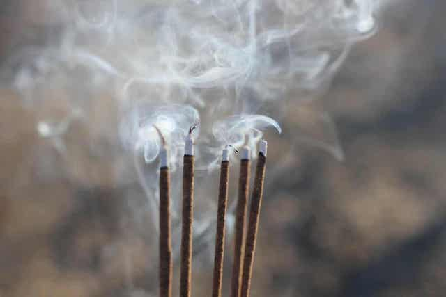 Suitsukkeita tulee polttaa pidikkeessä