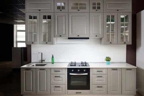 Valkoinen väri on tylsä keittiöön.