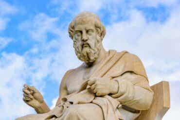 Erot Aristoteleen ja Platonin filosofioiden välillä